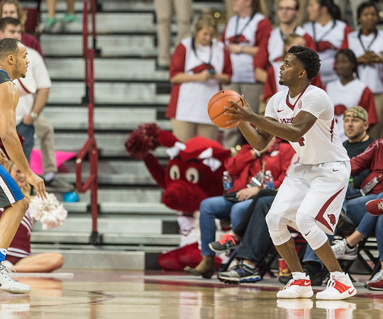 Arkansas Razorbacks guard Daryl Macon (4) lines up a shot during a basketball game between Arkansas and Fort Wayne on Friday, November 11, 2016.  (Alan Jamison, Nate Allen Sports Service)