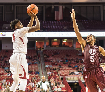 Arkansas Razorbacks guard Daryl Macon (4) shoots during a basketball game between Arkansas and Southern Illinois University on Monday, November 14, 2016.  (Alan Jamison, Nate Allen Sports Service)