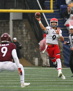 Cincinnati quarterback #9 Desmond Riddler passes the ball