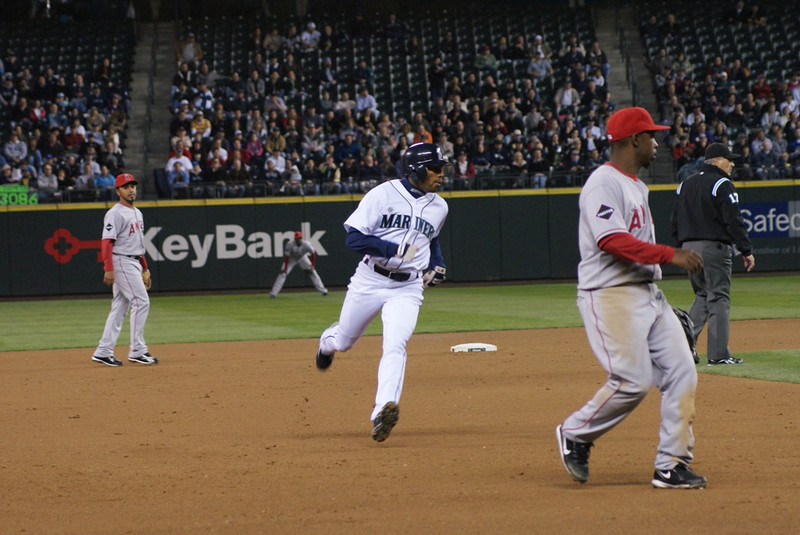 Endy Chavez running to third