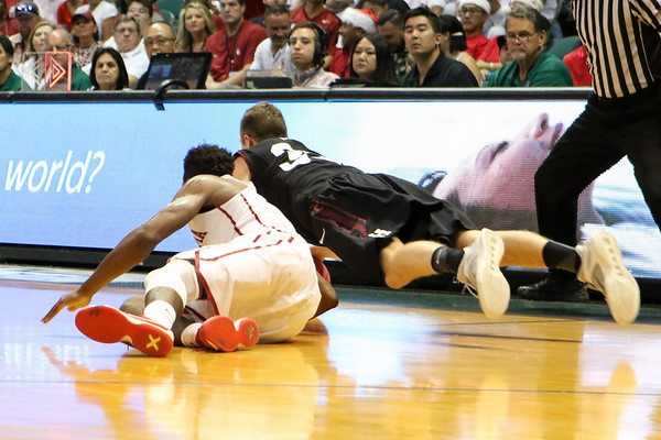 Oklahoma and Harvard play for the championship of the 2015 Diamond Head Classic at the Stan Sheriff Center, Honolulu, HI on December 25, 2015. Photo: Brandon Flores.