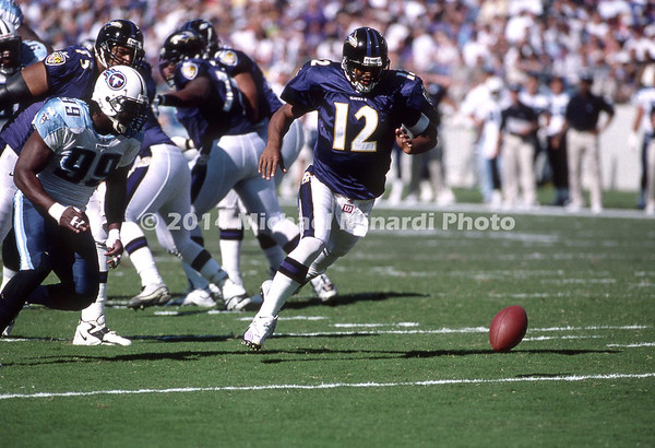 BALTIMORE, MD - OCTOBER 22: QB Tony Banks #12 of the Baltimore Ravens fumbles and recovers the snap during a NFL game against the Tennesee Titans at PSInet Ravens Stadium on October 22, 2000 in Baltimore, Maryland. The Titans won 14 to 6. (Photo by Michael J. Minardi) *** Local Caption *** Tony Banks