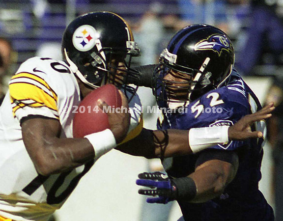 BALTIMORE, MD -OCTOBER 29: Quarterback Kordell Stewart #10 of the Pittsburgh Steelers charges out of the pocket toward Linebacker Ray Lewis #52 of the Baltimore Ravens during a NFL game at PSINet Stadium on October 29, 2000 in Baltimore, Maryland. The Steelers won the game 9-6. (Photo by Michael J. Minardi) *** Local Caption *** Kordell Stewart;Ray Lewis