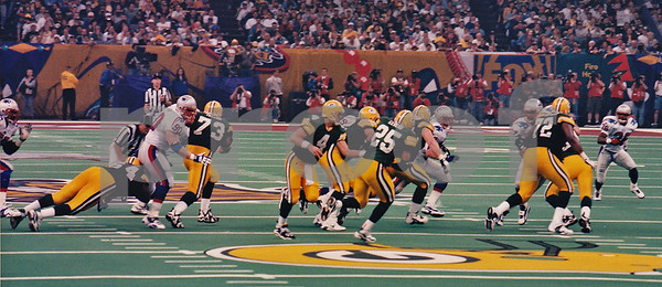 Super Bowl XXXI, Favre hands off to Dorsey Levens in the New Orleans Super Dome