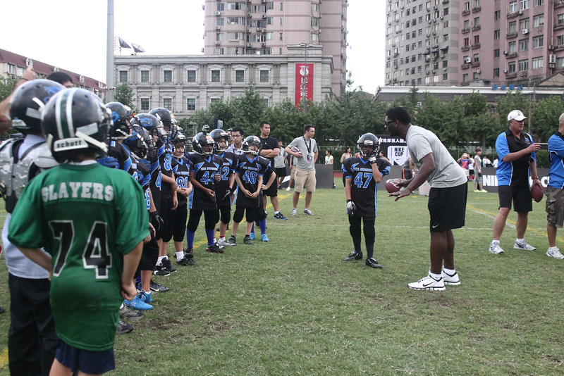 NFL All-Pro running back, LaDainian Tomlinson, works with Shanghai's youth tackle teams at the 2012 Nike Festival of Sport
