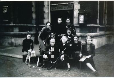 onbekend  Onderschrift: elftal III in Hengelo 1938  ArcheifDHVCoolJokeVervoort Fotograaf: onbekend Formaat: 15 x 10 Foto van Foto in bezit Joke Vervoort