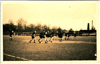 onduidelijk. Lijkt mij het Gemeentelijk Sportpark. Dus na 1937.  Bij mijn weten werd daar nooit gehockeyd, de hockeyvelden lagen erachter.  Lijkt mij oefenpartijtje. Aan de rechterkant veel DHV-kousen.  Kan ook na WO II zijn.   Collectie Lyde Bruin-Blom (tweelingzuster Jan Blom)  Fotograaf: onbekend, of Lyde Blom Formaat: 13 x 9  Afdruk zwart-wit