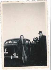 Onderschrift: geen  Opmerking: Dame komt uit auto. Zelfde dame gefotografeerd langs de lijn.   Collectie Blom env. Drijver  Fotograaf: onbekend Formaat: 9 x 6 Afdruk zw