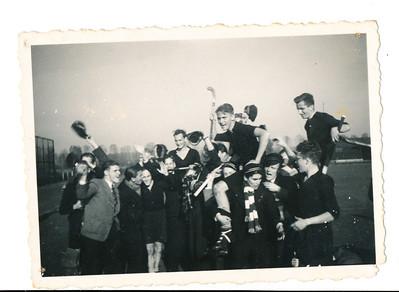 Daan1 Achterop: Daan de Blocq = met stick omhoog Verder: 1183 Anton Boumans Graven Deventer  Opmerking: elftal kampioen? Daan aanvoerder? Het is in Deventer, op achtergrond het clubhuis.  In 1937-1938 zat Daan in Heren 7, eindigde bijna onderaan, in 1938-1939 in Heren 5, geen kampioen,  in 1939-1940 in Heren 2, ook geen kampioen. In 1940-1941 in Heren 1, dit is echter geen Heren 1. Dus waarschijnlijk in 1941-1942 of 1942-1943.  Mogelijk op 19 april 1942. Deventer 1 kampioen tegen DKS. Ik zie verder weinig bekende gezichten .  Collectie Pat de Blocq van Scheltinga  Fotograaf: ? Formaat: 9 x 6 Afdruk zw