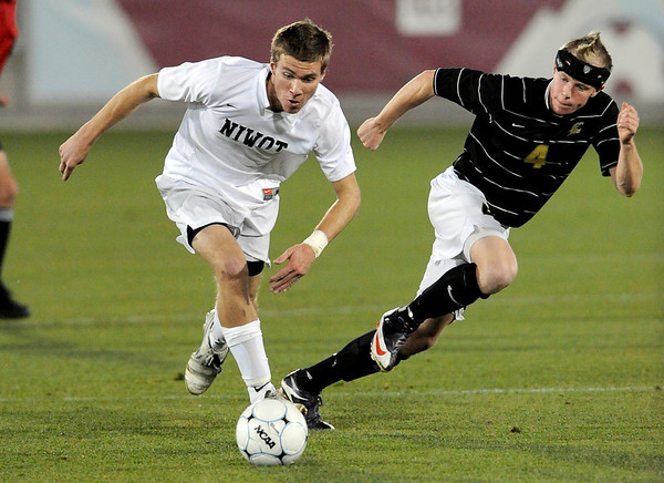 Niwot's Nick Terry (left) takes the ball up field while being pressured by Rock Canyon's Steven Neuscheler (right) during the 4A State Championship soccer game in Commerce City, Colorado November 11, 2009. CAMERA/Mark Leffingwell