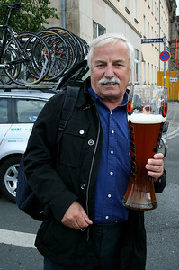Gerhard M. is celebrating the good performance of the Mapei-Heizomat riders.