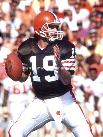 TAMPA, FL - NOVEMBER 5; QB Bernie Kosar #19 of the Cleveland Browns drops back to pass against the Tampa Bay Buccaneers in Tampa stadium on November 5, 1989 in Tampa, Florida. The Browns defeated the Tampa Bay Buccaneers 42-31. (Photo by Michael Minardi) ***Local Caption ***Bernie Kosar