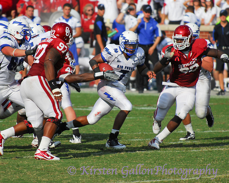 The OU defense closes in quickly.  #44 Jeremy Beal gets his hand on the ball as #97 Jamarkus McFarland and #90 David King close in.