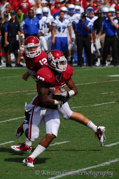 Landry Jones hands off to #17 Mossis Madu.