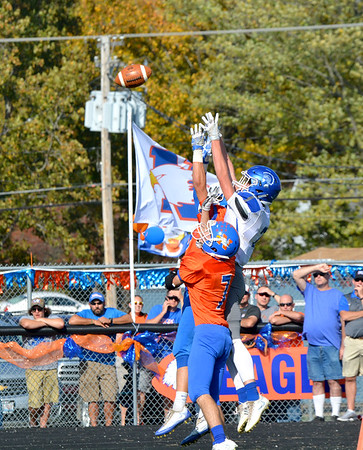 Newton's Keith King (7) and Nate Meinhart jump to defend a pass to Auburn's Destin Chance (right).