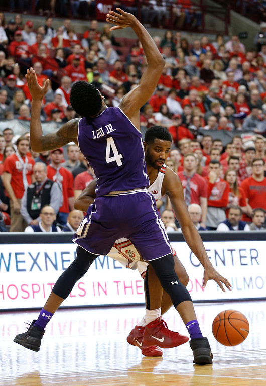 . Ohio State\'s JaQuan Lyle, right, drives to the basket against Northwestern\'s Vic Law during the second half of an NCAA college basketball game Sunday, Jan. 22, 2017, in Columbus, Ohio. (AP Photo/Jay LaPrete)