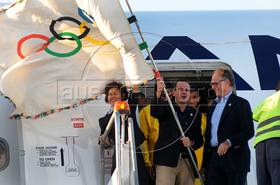 President of Rio 2016 Commite, Carlos Arthur Nuzman, right, and  Mayor of Rio de Janeiro, Eduardo Paes, left, and atlhetes of Brazil arrive at the international airport of Rio de Janeiro with the Olympic flag, Rio de Janeiro, Brazil, August 13, 2012. (Austral Foto/Renzo Gostoli)