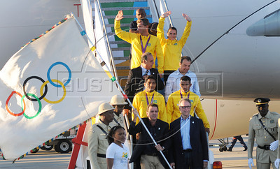 President of Rio 2016 Commite, Carlos Arthur Nuzman,  Mayor of Rio de Janeiro, Eduardo Paes, Rio de Janeiro's Governor Sergio Cabral and atlhetes of Brazil arrive at the international airport of Rio de Janeiro with the Olympic flag, Rio de Janeiro, Brazil, August 13, 2012. (Austral Foto/Renzo Gostoli)