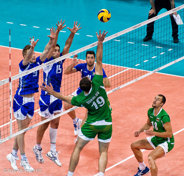 Men's Volleyball, Bronze Medal Match, Italy vs Bulgaria.   Sokolov reaches for the sky.