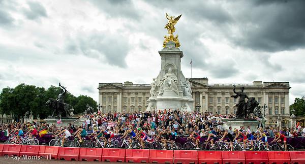 Men's Triathlon, 7 August 2012.   The main field pass Buckingham Palace