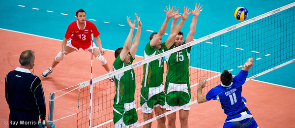 Men's Volleyball, Bronze Medal Match, Italy vs Bulgaria.   A show of hands from Bulgaria as Savani attacks