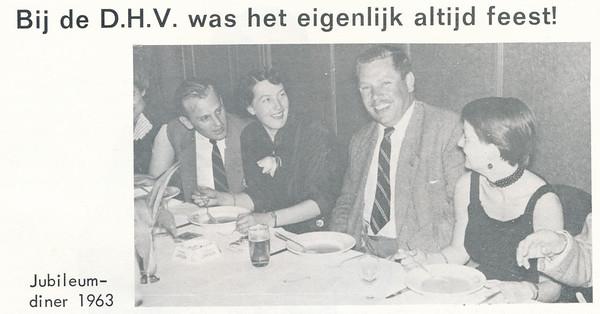 19631108 Onderschrift: zie foto Opmerking: mogelijk het diner bij de reunistenbijeenkomt op vrijdag 8 november 1963 in Hotel De Leeuwenbrug.  In het archief DHV zijn negatieven aanwezig van dit diner. Mogelijk deze foto.   Maar tijdens deze avond werden speldjes uitgedeeld. Op de foto's hiervan draagt Jan Broekhuis een andere kleur jasje. Jan van Groningen ook.  Dus waarschijnlijk is dit een ander feestje.    De Telescoop lustrumuitgave november 1973, p. 23  Fotograaf: onbekend Formaat: 9 x 6 Afdruk zw