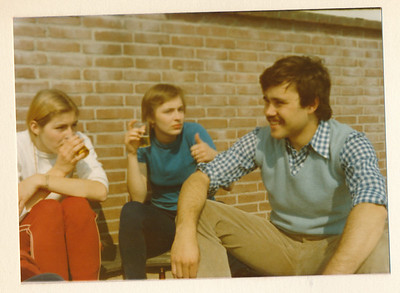 Onderschrift: geen Opmerking: circa 1974 Plaats album Vlnr: Marian Volkerts, Marion IJff?, Eric de Borst   Collectie Van Noortwijk Fotograaf: ? Formaat: 13 x9 Afdruk kleur