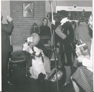 onduidelijksint Onderschrift: achterop E 791  Opmerking: is niet december 1967. Daar zijn foto's van in het Clubnieuws. Sint zit daar voor een gordijn. December 1968 is mogelijk zoals Han Ypes dacht. Sint zit hier m.i. aan het einde van het clubhuis.   CollectieHanYpes Fotograaf:onbekend Formaat: 8 x 8  Afdruk zw