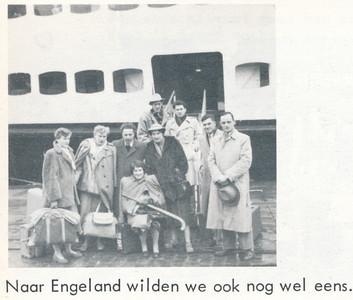 Onduidelijk Onderschrift: zie foto Opmerking: mogelijk de Paasreis naar Londen in 1953. Zie Clubnieuws mei 1953 p. 5.  Deventer deelnemers Gerda Lievaart, Molly Popken, Wies Tempelman, Jan Bijdendijk, Seger Klunk. Verder Maup Stibbe (Zwolle) Jaap Mijs en Henk Klein (beide Epe). Kees d'Huy (?), Paula Baljon, Rob Lambregts (beide Haarlem) zijn de deelnemers.  De boot is dan de pakketboot van de Belgische spoorwegen in Ostende of Dover. De vrouw tweede van rechts lijkt sterk op Riet Kattenbelt. Zie foto  De Telescoop lustrumuitgave 1973, p. 27  Fotograaf: onbekend Formaat: 6 x 6 Afdruk zw