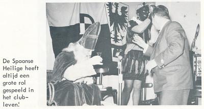 onduidelijk Onderschrift: zie foto  Opmerking: Sintviering waar en wanneer? Jan Broekhuis toast met Sint en Piet.   De Telescoop lustumuitgave 1973 p. 23  Fotograaf: onbekend Formaat: 9 x 6 Afdruk zw