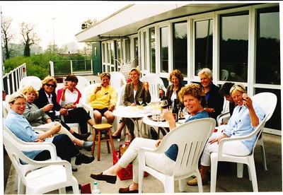 Damesdonderdagnr1 datum nog onbekend Achterop: 05/02 (datum???) Neg.nr. 24A Na de wedstrijd. Tineke Zandstra, Mieke Viveen, Emmy Zuure, tef Keulemans,  Dorien Scheltens, Annemarie van Laar, Margriet van der Werff, Marina Wijers, Marjolijn Jaspers, Mariette van Gelein Vitringa   Opmerking: m.i. clubhuis na verbouwing dus tussen 1988 en 1995.  Aan de hand van ledenlijsten en Telescopen is betere datering mogelijk.   Collectie MGV Fotograaf: ? Formaat: 15 x 10  Afdruk kleur