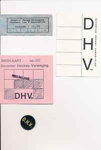 Opmerking: verzameling consumptiekaarten en bierkaarten in bezit Jeroen Kok Gebruikt bij jeugdfeesten circa 1990  De roze kaart werd door sommigen ingesmeerd met Labello waardoor de zwarte stiftstrepen er weer afgehaald konden worden. Toen dat gemerkt werd, is men overgegaan op de  plastic munten, zie daaronder. Mededeling Jeroen Kok 6 juni 2012   Collectie Jeroen Kok