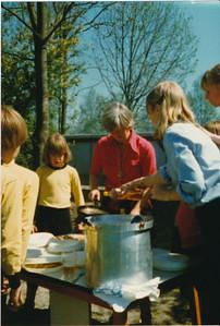 pank04 Onderschrift: Distributie van olie en beslag  Opmerking: Riet van Noortwijk deelt uit  Collectie Ed van Orden rood  Fotograaf: onbekend  Formaat: 13 x 9  Afdruk kleur