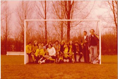 MC1nr02 Onderschrift: Meisjes C Opmerking: ws. kampioen  Twee  bijna identieke foto's  Plaats in album circa 1983-1984  C 1 werd volgens Clubnieuws toen inderdaad kampioen. Coach Jur Duintjer, M.i. is dit geen Jur Duintjer.  C 1 werd kampioen op 7 april 1984 thuis tegen Epe en speelde toen in wit shirt. Klopt niet. Daarna speelde C 1 in Zwolle op 28 april 1984 en won daar van DKS en Union. En werd veldhockey kampioen van het oostelijk district. Dit zou dan na de wedstrijd tegen Union kunnen zijn, maar het lijkt me meer Deventer. M C 1 werd in die jaren meerdere malen kampioen, kan ook ander jaar zijn.  Ed van Orden 10-9-2012: geen Jur Duintjer. Coach was vader tweede meisjes van links.  Dit is volgens Ed min of meer hetzelfde team als meisjes in zaal in Diepeveen. O.a. Mariette Werle, Colette van Balen.    Collectie Ed van Orden Fotograaf: onbekend Formaat: 13 x 9 Afdruk kleur