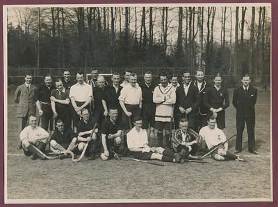 19260405 Onderschrift: Oostelijk elftal - Hampshire and Dorset Wanderers 3-3 1926  Opmerking: zie DE Telegraaf 6 april 1926. Helaas daar geen opstellingen. In het verslag vermelde namen: Ysel de Schepper scoorde gelijkmaker, rust 1-1.  Mr. Roes maakte 2-1, Mok (m.i. Deventer) maakte derde goal. Uitblinkers bij Oost: Blankevoort (m.i. Deventer) en Vander Lande (Deventer), Momma aanvaller.   Herkend: Herman Ankersmit 8ste van links staand, Frits Drijver 11de staand van links, IJsel de Schepper staand tweede van links (draagt Deventer shirt!) , Jan van der Lande staand derde van links.  Foto is afgedrukt in De Corinthian 9 april 1926, p.220.   Archief DHV Album Drijver  Fotograaf: onbekend vastgeplakt  Formaat: 24 x 18 Afdruk zw
