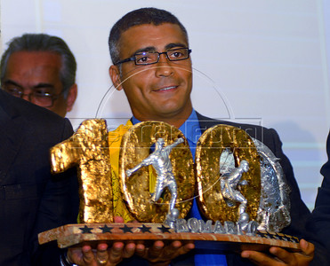 Brazilian soccer star Romario shows the trophy received from Rio de Janeiro's Governor Sergio Cabral to mark his 1000 goals during a ceremony in Rio de Janeiro, Brazil, May 24, 2007. Romario, scored the 1,000th goal at his own count on 20 May, playing for Vasco da Gama in the Brazilian championship. (Austral Foto/Renzo Gostoli)