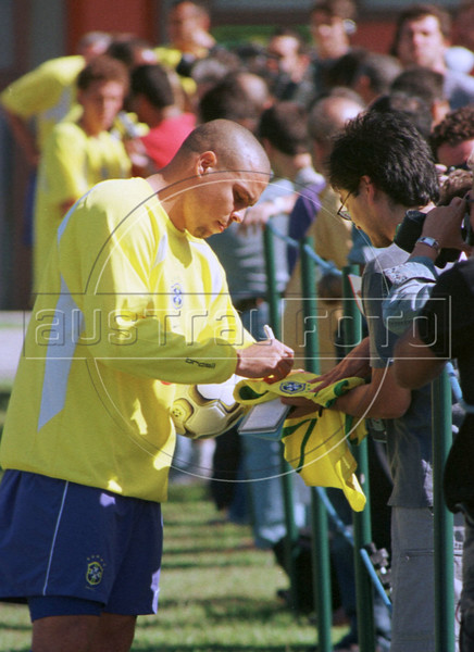Ronaldo signs autographs before training with the Brazilian national team in Teresopolis, about 100 miles north of Rio de Janeiro. (Australfoto/Douglas Engle)