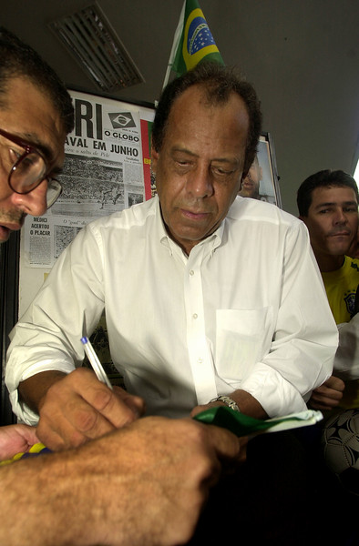 Brazilian soccer legend Carlos Antonio Torres signs autographs in Rio de Janeiro, Brazil, Wednesday, May 28, 2000. Torres, captain of Brazil's 1970 World Cup champion 1970 national soccer team, aappeared to promote an exhibit in honor of the World Cup in Korea and Japan. The exhibit shows photos of the history of soccer in Brazil. Australfoto/Douglas Engle)