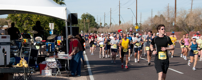 The croud of races passing the mile 17 stage.