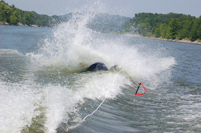 Tate Tate shows off his wipe out technique!