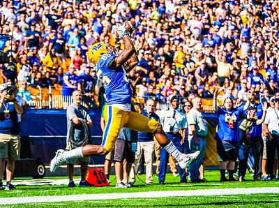 Pitt WR #85 Jester Weah scores the first touchdown of the game, catching this 33yd pass from QB Ben DiNucci.