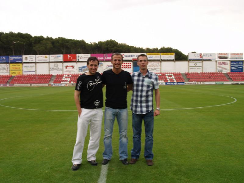 Gustavo, Luis y Roger. El trio arbitral visitando el Alcoraz el día antes del partido.