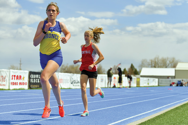 Matthew Gaston | The Sheridan Press<br>Sheridan's Sarah Gonda quickens her pace during the 3200-meter run at the regional track meet Friday, May 10, 2019.