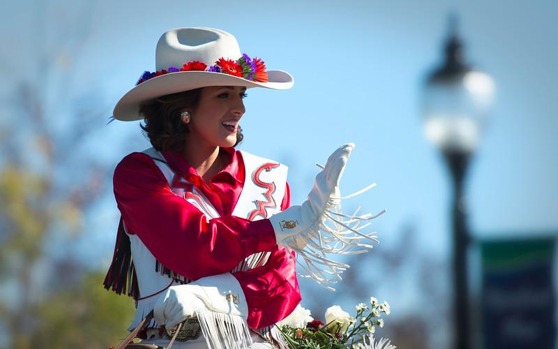 Parade 2014 Pendleton Roundup Queen Shaina Zollman waving