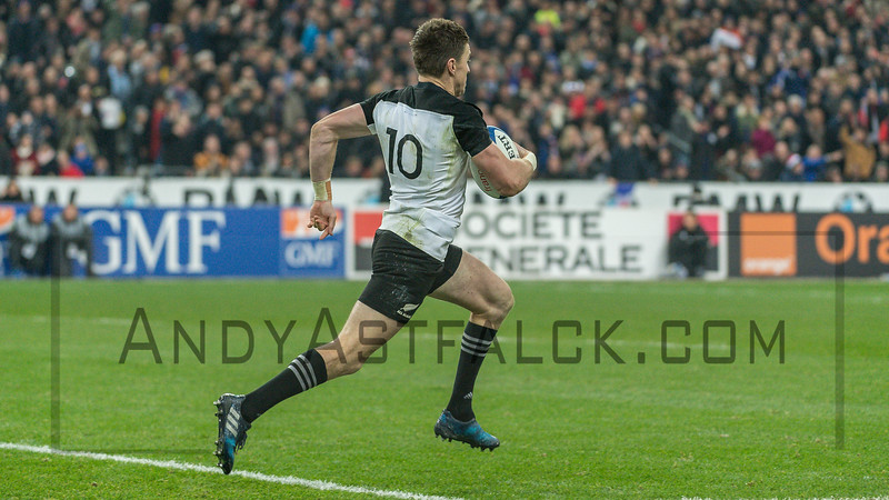 PARIS, FRANCE - NOVEMBER 26: Beauden Barrett of New Zealand sprints for the try line during the international friendly test match between France and New Zealand (All Blacks) at Stade de France on November 26, 2016 in Saint-Denis near Paris, France.