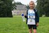 Trots op haar medaille met het kasteel van Elverdinge als decor - 5de Kermisloop - Elverdinge - West-Vlaanderen - België