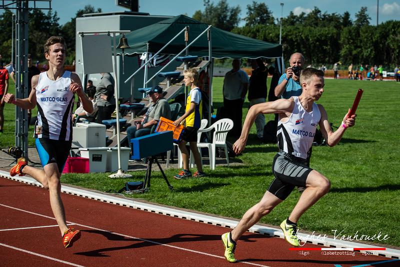 Robbe Vanhoof (FLAC Izegem) als een pijl uit een boog op de 4 x 200 M - BK Aflossingen 2015 - AS Rieme Atletiekpiste - Ertvelde - Oost-Vlaanderen
