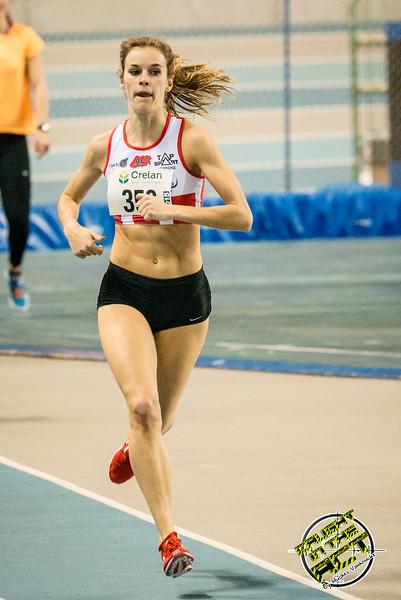 Ellen Beddeleem in derde positie halfweg wedstrijd - 800 M dames juniors - Belgisch Kampioenschap Indoor Atletiek - BLOSO Topsporthal - Gent