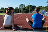 Stretchende plaatselijke atletes Frisine Peene & Jolien Steenhuyse - Einde Vakantiemeeting - FLAC Ieper - Ieper