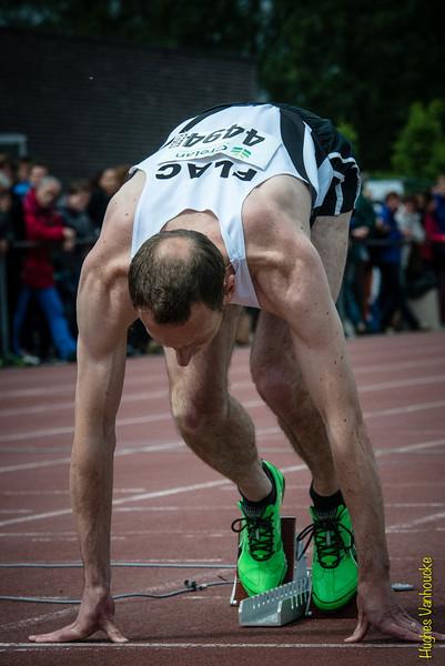 Jan Carly (Flac Hoppeland) in de startblokken van de 400 M Horden
